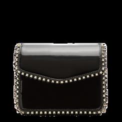 Pochette con tracolla nera in ecopelle vernice, profili mini-borchie, Saldi Borse, 123308852VENEROUNI, 001a