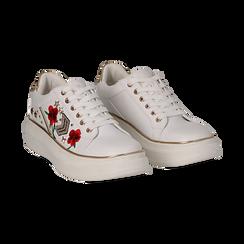 Sneakers bianche in eco-pelle con ricami, borchie e stelle gold, suola 4 cm ,