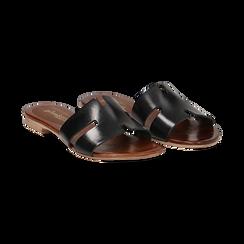 Sandalo flat nero in pelle di vacchetta,