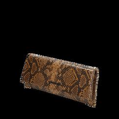 Pochette piatta marrone in eco-pelle snake print, Primadonna, 145122510PTMARRUNI, 002a